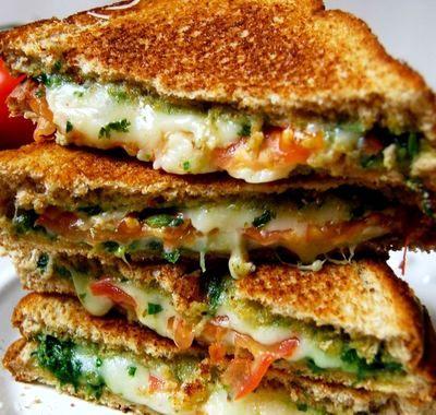 Sandwich cald cu mozzarella si busuioc