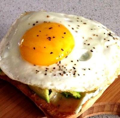 Sandwich cu brie, avocado si ou