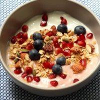 Granola cu iaurt si fructe