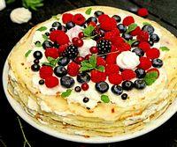 Tort de clatite cu bezele si fructe