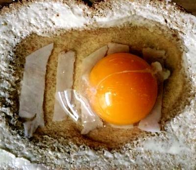 Oua in paine cu unt si branza