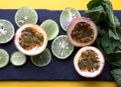 Cocktail cu aroma de menta si fructul pasiunii