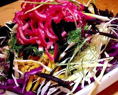 Salata de cruditati cu ceapa marinata