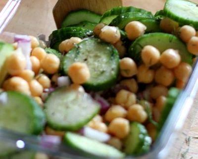Salata de castraveti cu naut si iaurt