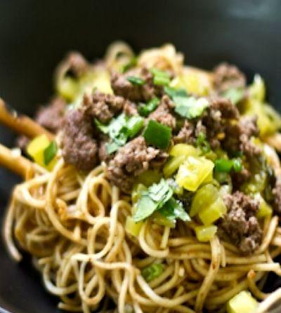Carne de vita cu noodles si verdeata