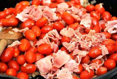 Mamaliga cu topping de rosii si prosciutto