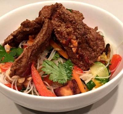 Salata de noodles cu carne de vita