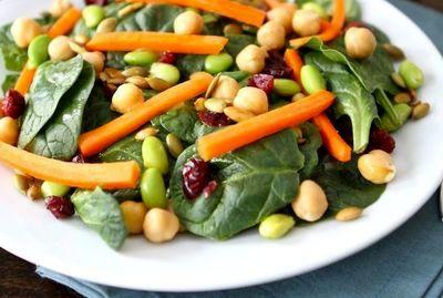 Salata de spanac cu afine uscate