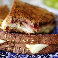 Sandwich cald cu bacon si branz