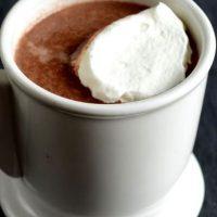 Ciocolata calda cu lapte si frisca