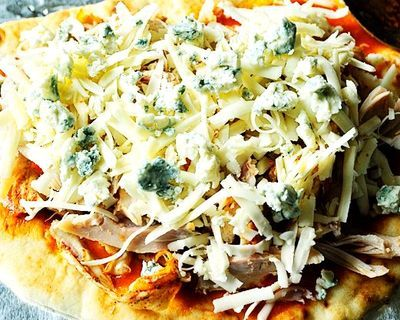 Pizza cu pui si sos iute