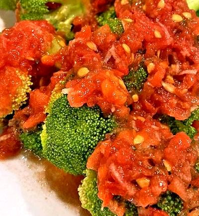 Broccoli cu sos de rosii