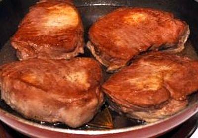 Cotlete de porc cu sos de vin