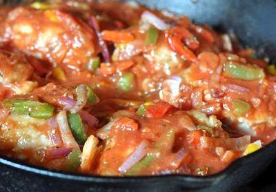 Pulpe de pui cu legume si sos