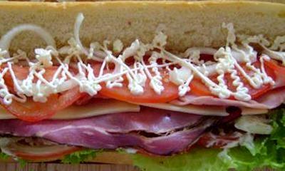 Sandwich cu sunca si rosii
